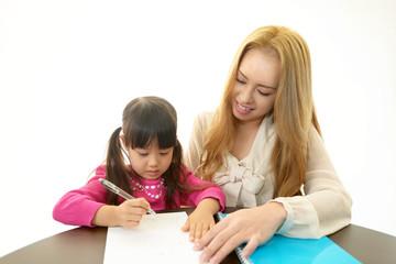 勉強に励む女の子
