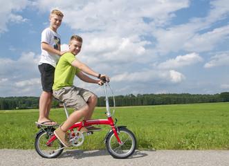 Zwei Jungen auf einem Fahrrad