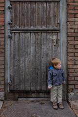 Junge schiebt Wache an Stalltür