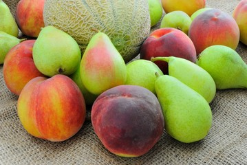 Frutta. Melone, pesche e pere