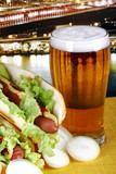 Boccale di birra chiara con hot dog