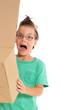 Junge schreit mit leerem Karton