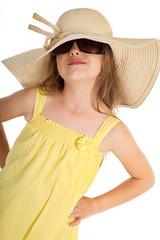 Mädchen im Sommerkleid mit Brille und Hut