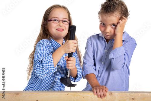 Mädchen zeigt Jungen wie ein Nagel gezogen wird