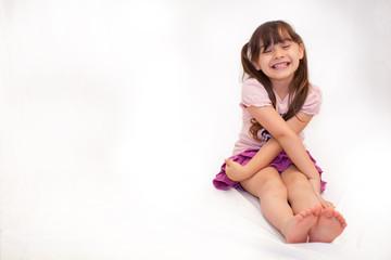 bambina che ride nella sua stanza da giochi