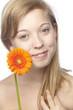 Junge Frau mit orangefarbener Gerbera