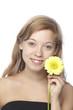 Junge Frau mit gelber Gerbera