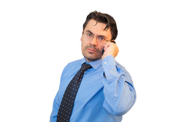 Imprenditore con camicia, cravatta e telefono