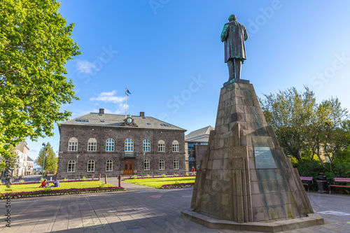 Leinwanddruck Bild Jón Sigurðsson statue with view on parlament, Reykjavik, Icelan