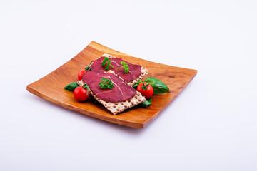 Fleisch, Knäckebrot, tomaten, basilikum, Teller, Platte