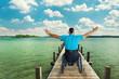 Rollstuhlfahrer am See
