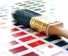 Pinsel auf Farbkarte