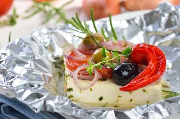 Griechischer Feta aus Schafsmilch in Folie mit Olivenöl gebacken