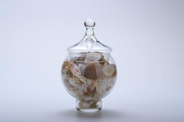 Ampolla di vetro con conchiglie