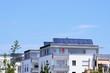 Leinwanddruck Bild - Solarzellen auf Mehrfamilienwohnhaus