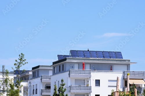 Leinwanddruck Bild Solarzellen auf Mehrfamilienwohnhaus