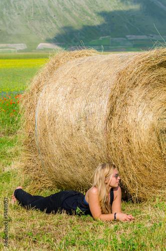 Ragazza sdraiata in campagna