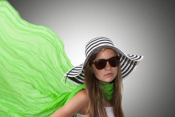 chica con sombrero y pañuelo verde