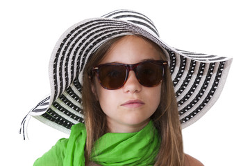 chica con sombrero y fondo blanco