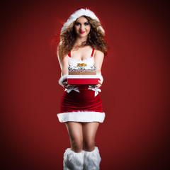 attraktive brünette Weihnachtsfrau mit Geschenken