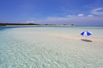 南国沖縄 透明な波と夏空