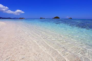 南国沖縄 透明な波と青空