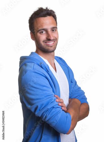 Mann mit blauer Jacke lächelt