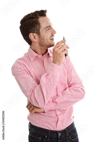 Jung, dynamisch, erfolgreich - lachender Mann in Hemd und Jeans