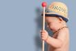 Kleinkind mit Stock und Hut