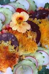 Sommersalat mit Rösti, Rotwurst und Radieschen