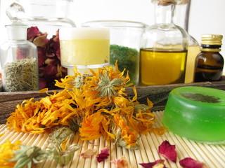 Zutaten und Utensilien für selbstgemachte Kosmetik