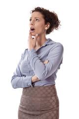 Fassungslose junge Frau isoliert in Bürokleidung