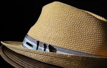 chapeau de paille sur fond noir,été,soleil,soirée