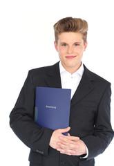 junger Mann mit seiner Bewerbung