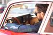 attraktiver Mann im Auto