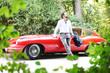 junger Mann mit Sportwagen