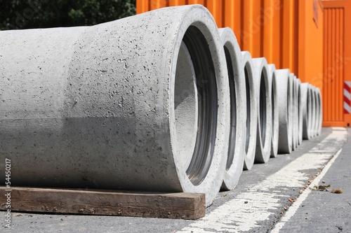 Betonrohre auf Baustelle - 54450217