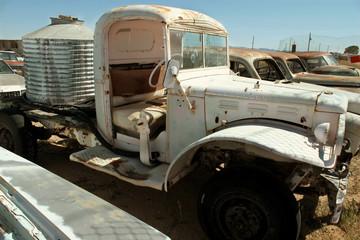 alter Truck auf dem Schrottplatz