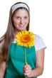 Freundliche Floristin mit gelber Blume