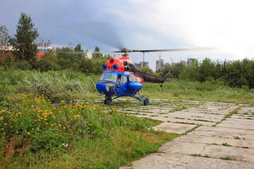 Вертолет медицины катастроф совершает взлет