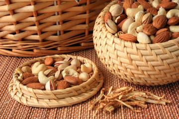 Смесь орехов и корень имбиря лежат на столе