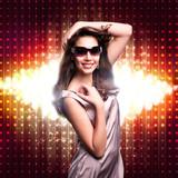 attraktive brünette Frau vor Lichterhintergrund