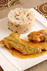 Conejo estofado con salsa de cebolla y arroz