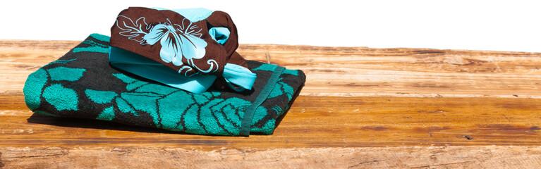 serviette de plage et maillot de bains sur planche