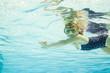 Leinwanddruck Bild - Erste Schwimmübungen