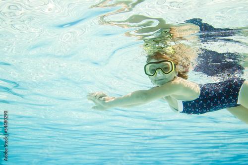 Leinwanddruck Bild Erste Schwimmübungen