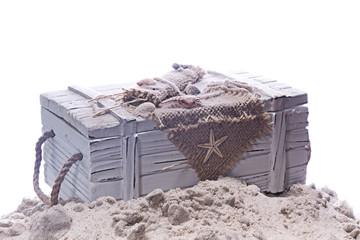 weiße Holztruhe im Sand