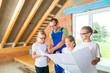 Familie besichtigt Baustelle - Dachausbau