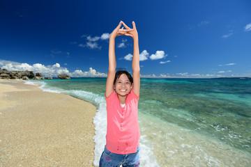 南国沖縄のビーチで遊ぶ女の子