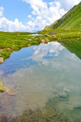 Glasklarer Bergsee in den Bündner Alpen